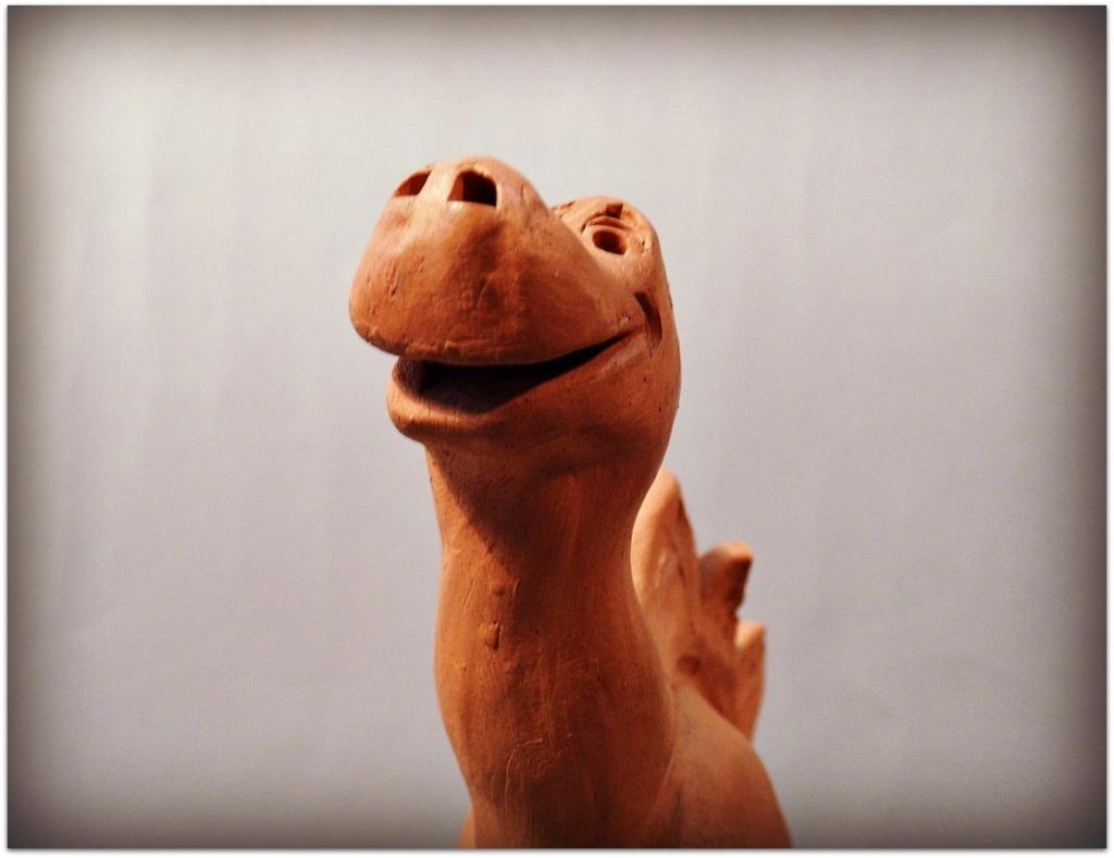 Dinosaurio arcilla roja