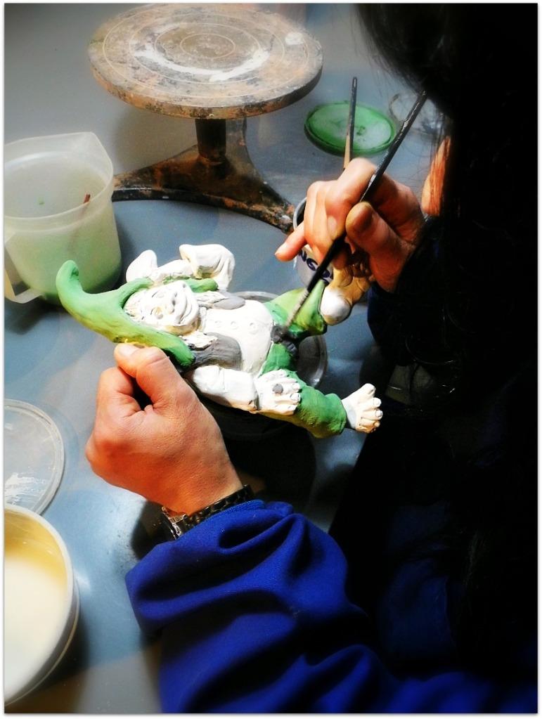 Esmaltando duende de cerámica