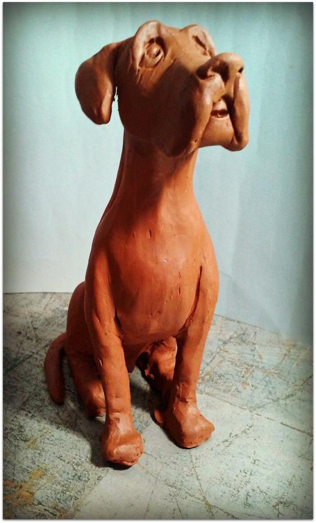 Perro modelado con arcilla