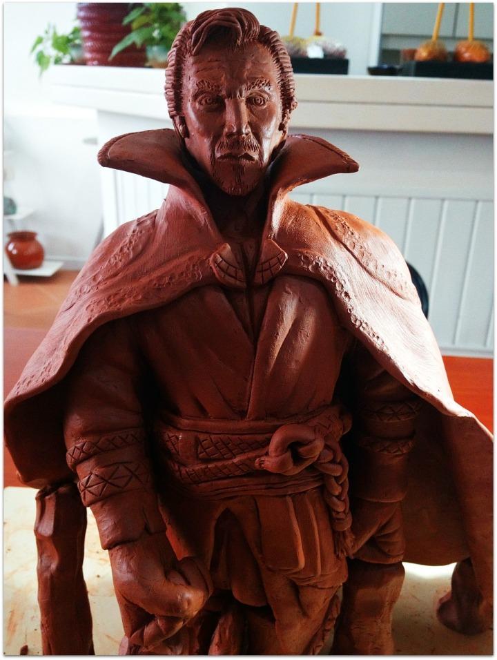 Escultura de arcilla roja