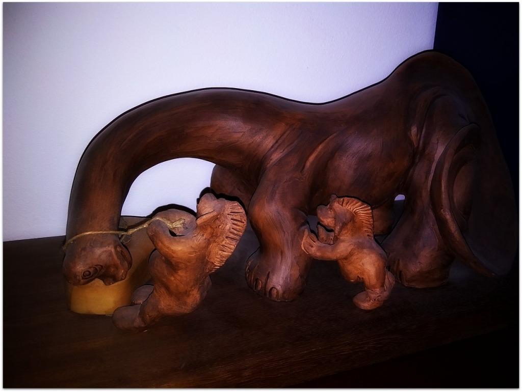 Dinosaurio y duendes de cerámica
